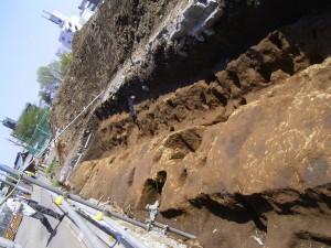 柱跡が一列に並んでいた様子、水路らしきもの